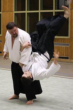 Zweiter Vorsitzender ist Robert Hundshammer, 5. Dan, Deggendorff. Er betreibt seit über 30 Jahren Aikido und ist einer der ranghöchsten Tendoryu-Aikidoka in Deutschland.